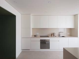 Minimalist kitchen by Lola Cwikowski Studio Minimalist