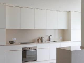 Carnide Apartment Cozinhas minimalistas por Lola Cwikowski Studio Minimalista