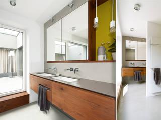 S63 | Haus mit Loggia Moderne Badezimmer von GRIMM ARCHITEKTEN BDA Modern