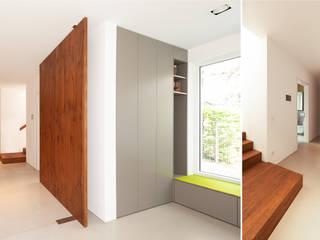 S63 | Haus mit Loggia Moderner Flur, Diele & Treppenhaus von GRIMM ARCHITEKTEN BDA Modern
