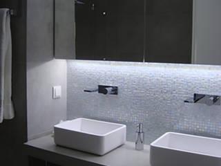 Casa de banho - os lavatórios em Corian sobre bancada em microcimento e a parede em pastilha Sicis criaram um efeito espectacular Banheiros modernos por AlexandraMadeira.Ac - Arquitectura e Interiores Moderno