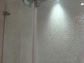 Duche Fantini sobre parede em mosaico Sicis Banheiros modernos por AlexandraMadeira.Ac - Arquitectura e Interiores Moderno Vidro