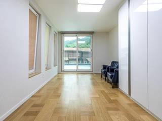 고요함을 그려낸 콘크리트주택 클래식스타일 거실 by 한글주택(주) 클래식