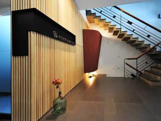 黃耀德建築師事務所 Adermark Design Studio Minimalist corridor, hallway & stairs