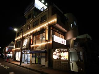 ぼんやり上下に designista-s (デザイニスタ エス) モダンなレストラン 木目調