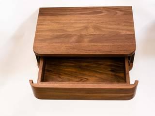 Nachtkastje gemaakt van Amerikaans notenhout: modern  door MO&U, Modern