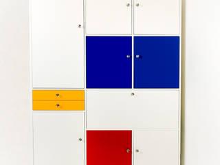 Kleurrijke kast met bureau gebaseerd op meubelen uit de jaren zestig: modern  door MO&U, Modern