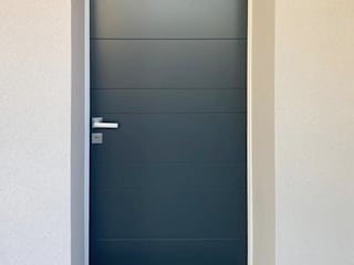 Installazione portoncino blindato e porte interne in legno Finextra Ingresso, Corridoio & Scale in stile moderno Blu