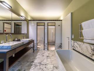 Marble Bathroom Salle de bain moderne par Vivante Moderne