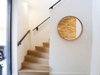 Nowoczesny korytarz, przedpokój i schody od Thijssen Verheijden Architecture & Management Nowoczesny