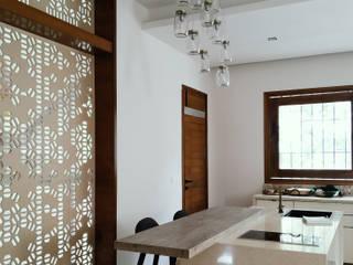 AARAV RESIDENCE Modern kitchen by ACHI ARCHITECTS Modern