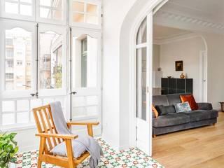 Proyecto de redistribución y reforma de una casa de casi 100 años en el Eixample, Barcelona. Salones de estilo minimalista de Marina Sezam Minimalista