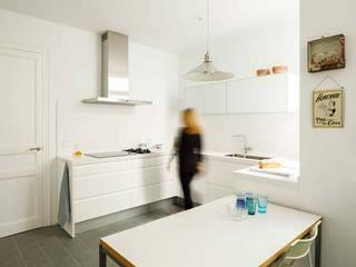 Proyecto de redistribución y reforma de una casa de casi 100 años en el Eixample, Barcelona. Cocinas de estilo minimalista de Marina Sezam Minimalista