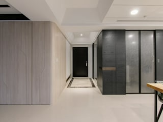 台中 周公館 現代風玄關、走廊與階梯 根據 拓雅室內裝修有限公司 現代風