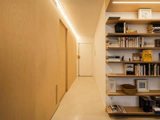 Construcción de obra de reforma integral de vivienda con terraza y patio. Proyecto del arquitecto Gerard Puig Freixas, en Poble Nou, Barcelona Pasillos, vestíbulos y escaleras de estilo moderno de Marina Sezam Moderno
