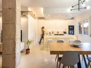 Construcción de obra de reforma integral de vivienda con terraza y patio. Proyecto del arquitecto Gerard Puig Freixas, en Poble Nou, Barcelona Comedores de estilo moderno de Marina Sezam Moderno