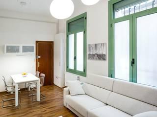 Decoración y redistribución de mobiliario en Calle Romans, Gracia, Barcelona Salones de estilo minimalista de Marina Sezam Minimalista