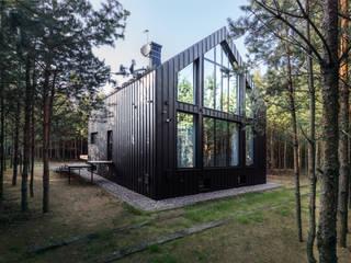 Nowoczesny dom w środku lasu od Mikołaj Dąbrowski