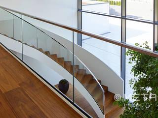 Faltwerktreppe in schlichter Imposanz: modern  von MetallArt Treppen GmbH,Modern