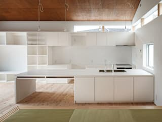 Modern kitchen by 株式会社小島真知建築設計事務所 / Masatomo Kojima Architects Modern