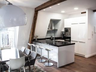 Reforma piso Donosti, cocina , dormitorios, hall , baño etc de MUEBLES DG Moderno