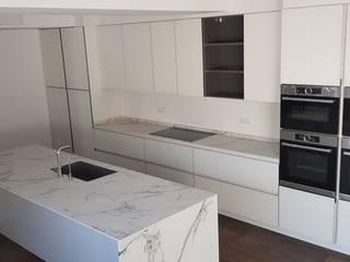 by Decodan - Estudio de cocinas y armarios en Estepona y Marbella Minimalist
