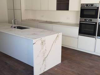Cocina blanca de estilo moderno en chalet de Marbella de Decodan - Estudio de cocinas y armarios en Estepona y Marbella Minimalista