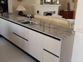 Instalacion de cocina lacada en casa adosada ubicada en Sotogrande de Decodan - Estudio de cocinas y armarios en Estepona y Marbella Moderno