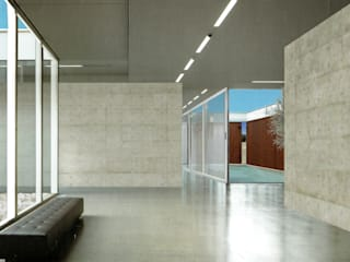 Altro_Studio Minimalist corridor, hallway & stairs