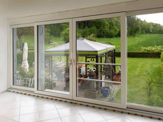 Installazione di 4 porte finestre Finstral FIN-Slide in alluminio-PVC presso una casa privata in Svizzera Finextra Finestre & Porte in stile minimalista