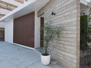 明るく風通しの良いルーバーの家 の Style Create モダン