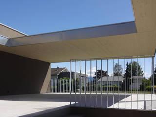 schroetter-lenzi Architekten モダンデザインの テラス アルミニウム/亜鉛 メタリック/シルバー