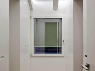 現代風玄關、走廊與階梯 根據 Bolefloor 現代風