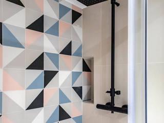 Grupo Inventia Baños de estilo moderno Azulejos Multicolor