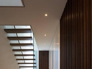 Couloir, entrée, escaliers minimalistes par Architektur Andrea Rehm Minimaliste
