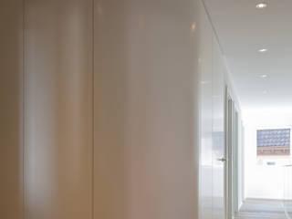 Corredores, halls e escadas minimalistas por Architektur Andrea Rehm Minimalista