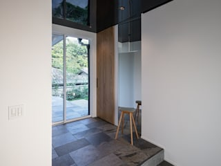 Modern Corridor, Hallway and Staircase by 株式会社seki.design Modern