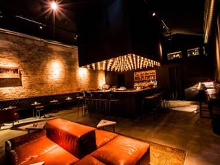 Hammer & Margrander Interior GmbH Bar & Club in stile eclettico Marrone