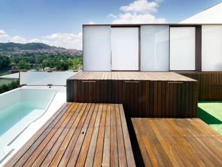 Viviendas pareadas en Ourense. Galicia. Balcones y terrazas de estilo moderno de Pablo Falcón arquitecto Moderno