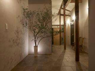Mimasis Design/ミメイシス デザイン Pasillos, vestíbulos y escaleras rústicos Azulejos Beige