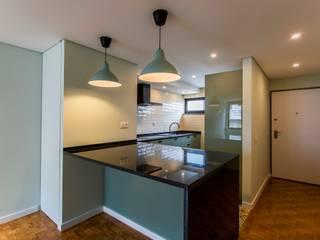 SMALL DUPLEX LISBON Cozinhas modernas por Conceitos Itinerantes, Lda Moderno