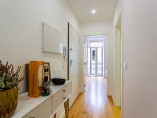 T1 APARTAMENTO_AJUDA - LISBOA: STYLE IN THE SIMPLICITY & DETAILS Corredores, halls e escadas modernos por Conceitos Itinerantes, Lda Moderno