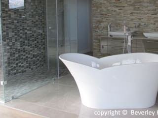 Modern bathroom by Beverley Hui Architects Modern