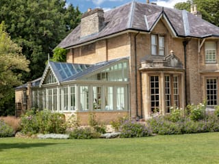 An elegant period property with a bespoke conservatory that includes design features mirrored from the house Jardins de Inverno clássicos por Vale Garden Houses Clássico