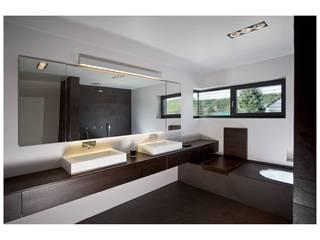 Dark Bathroom Salle de bain moderne par Vivante Moderne