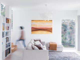 Sala de estar e acesso ao piso superior Salas de estar ecléticas por AA.Arquitectos Eclético Madeira Acabamento em madeira