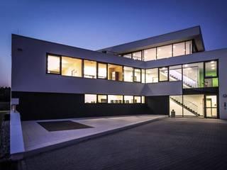 Edificios de oficinas de estilo moderno de Avantecture GmbH Moderno