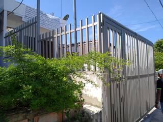REJAS + PORTÓN EN ALUMINIO - Casa Johan - Cartagena Garajes de estilo moderno de Juliano.Arquitectos Moderno