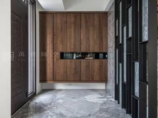 Casas modernas de SING萬寶隆空間設計 Moderno