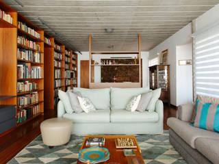 Biblioteca em reforma de apartamento grande em São Paulo Salas de estar modernas por Estudio Piloti Arquitetura Moderno